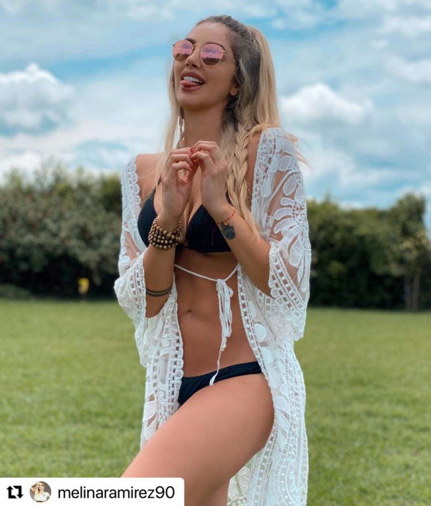 Melina Ramírez posando en bikini mientras saca la lengua.