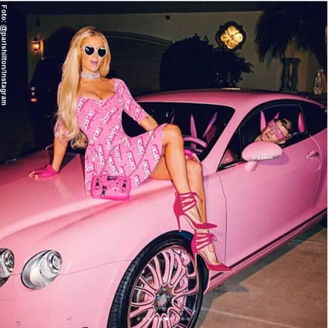 Paris Hilton sentada sobre un carro rosado de Barbie