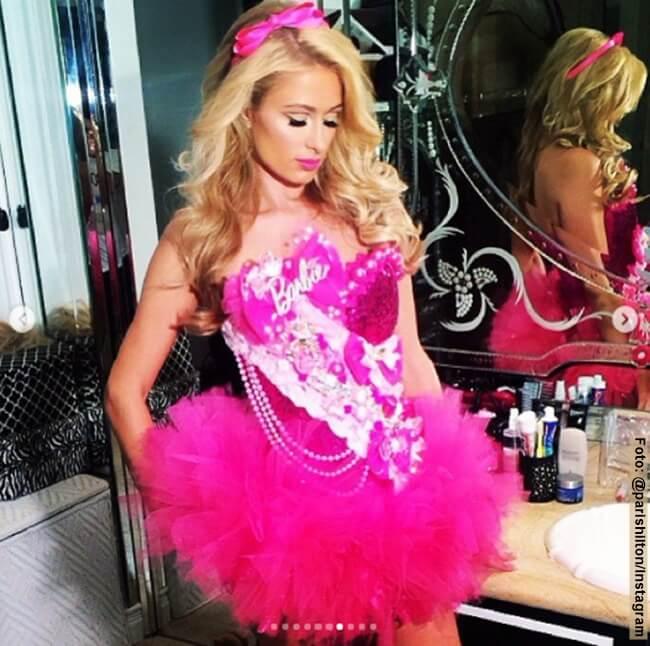 Paris Hilton con un vestido fucsia de Barbie