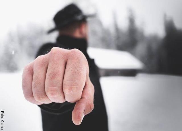 Foto de un hombre poniendo el puño