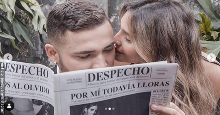 Foto de Jessi Uribe con una mujer