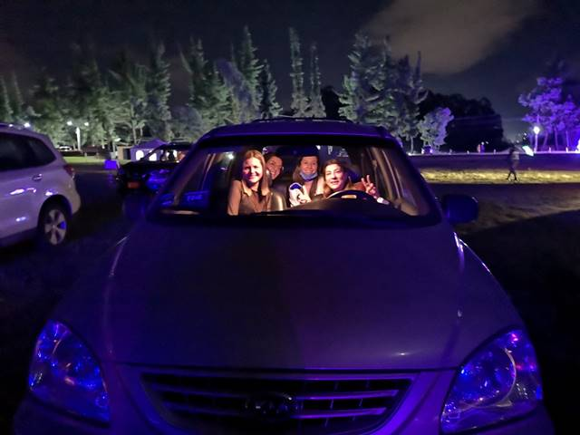 Foto de asistentes al Vibra TyM DriveIn en sus carros