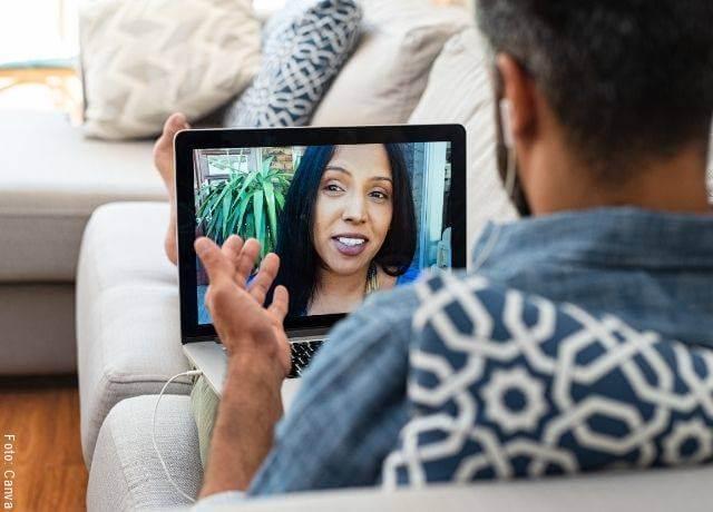 Foto de pareja en videollamada