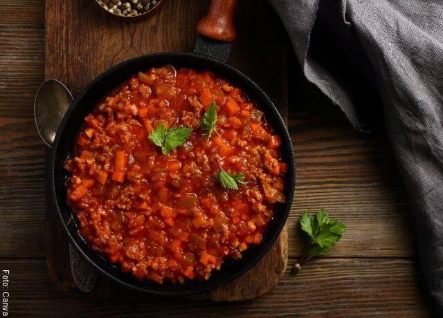 Foto de un plato con salsa boloñesa