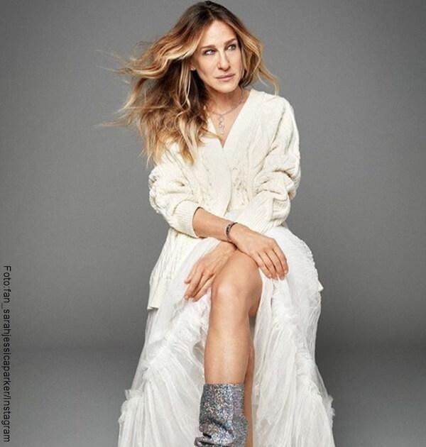 Foto de Sara Jessica Parker posando con un vestido blanco
