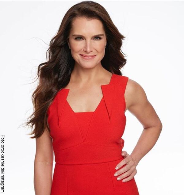 Foto de Brooke Shields con vestido rojo
