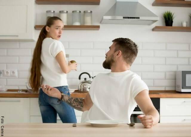 Foto de pareja discutiendo en la cocina