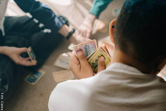 Foto de un juego de cartas y alguien haciendo trampa