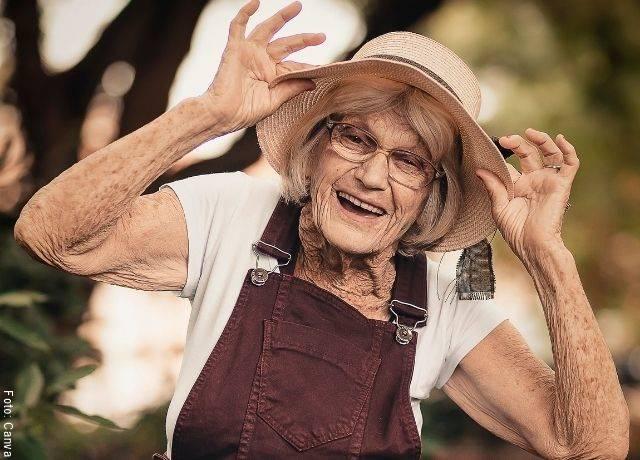 Foto de señora mayor sonriendo
