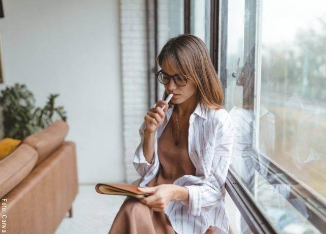 Foto de una mujer pensando