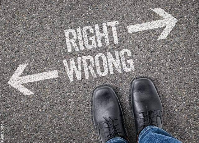 Foto de unos pies con zapatos negros sobre el asfalto donde está escrito un texto de reflexión sobre las decisiones