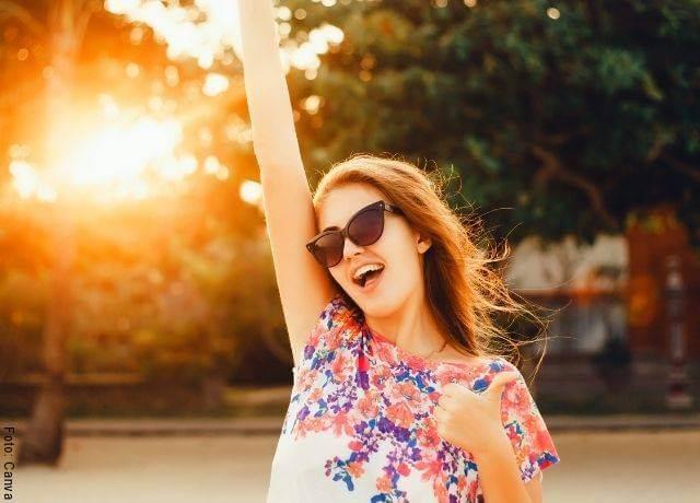 Foto de una joven feliz y celebrando
