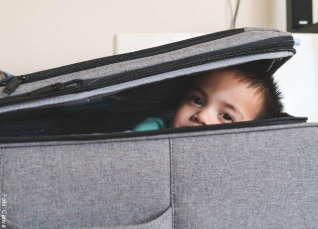 Foto de un niño dentro de una maleta