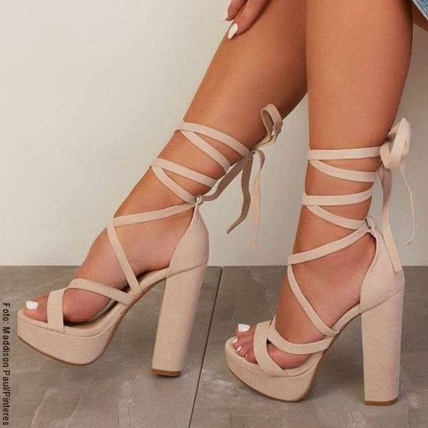 Foto de zapatos de tacón con lazos para amarrar