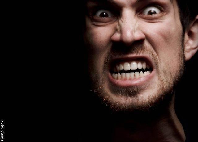 Foto de hombre enojado
