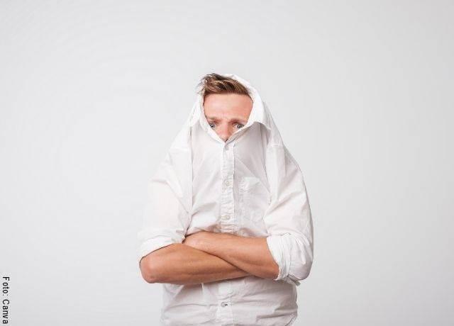 Foto de hombre con la cabeza entre la camisa