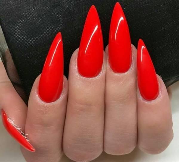 Foto de manos arregladas con esmalte rojo