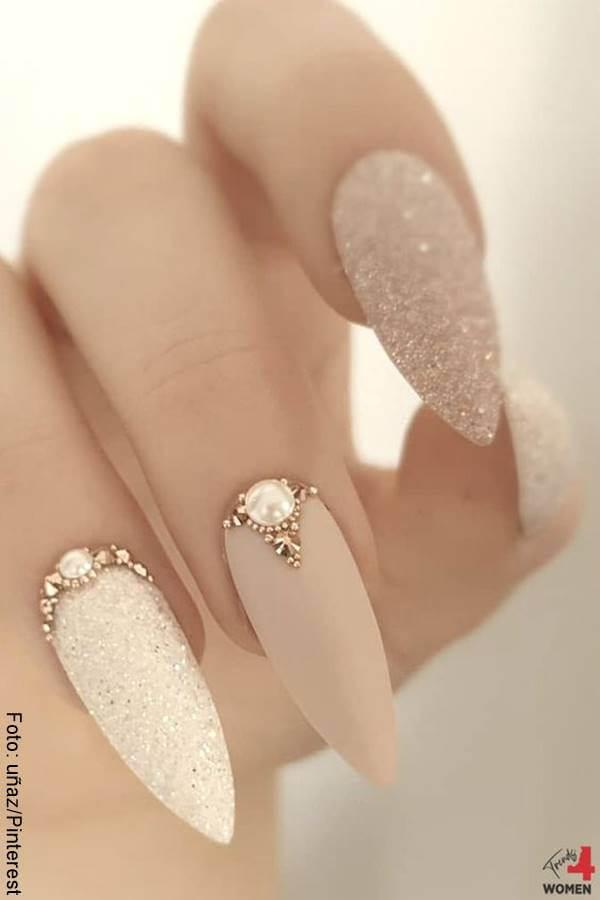Foto de manos con manicure acrílico
