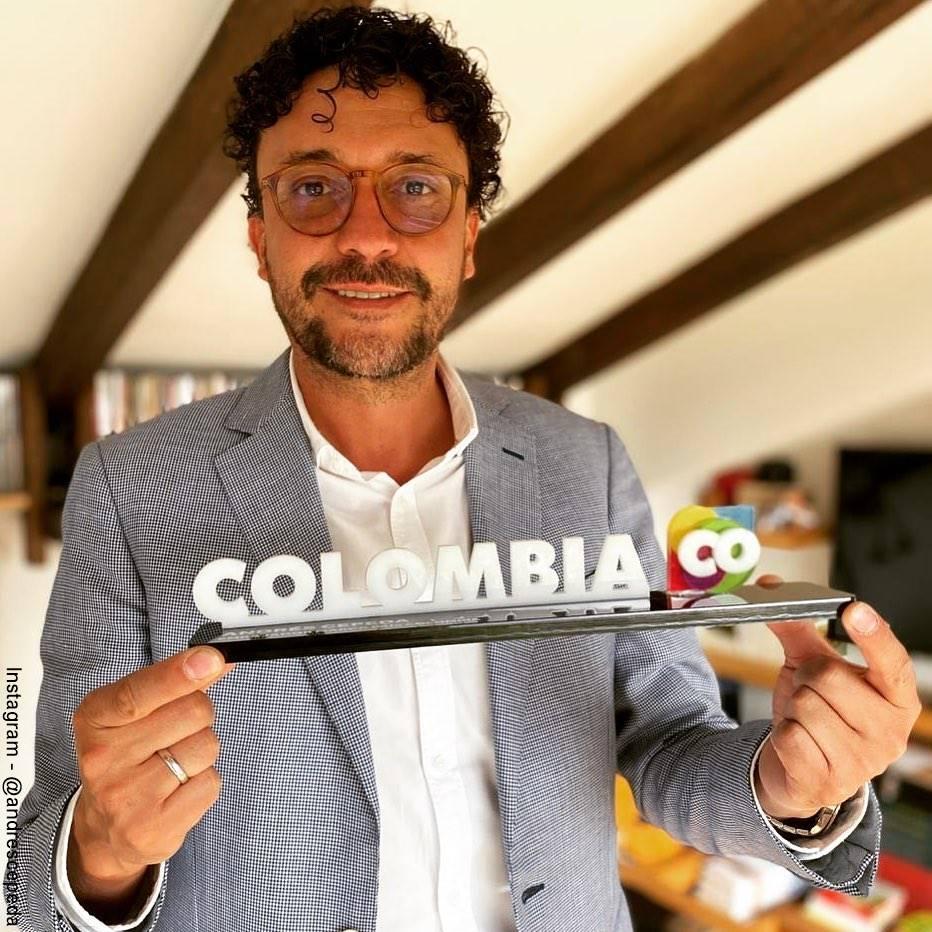 Foto de Andrés Cepeda y su nombramiento como embajador de Colombia Marca País