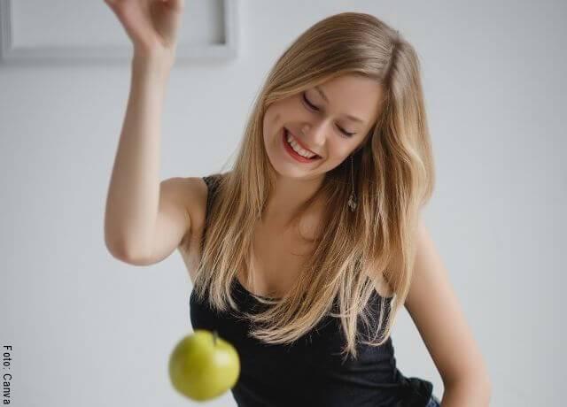 Foto de una mujer con una manzana
