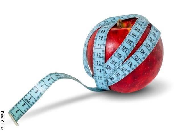 Foto de una manzana envuelta en un metro