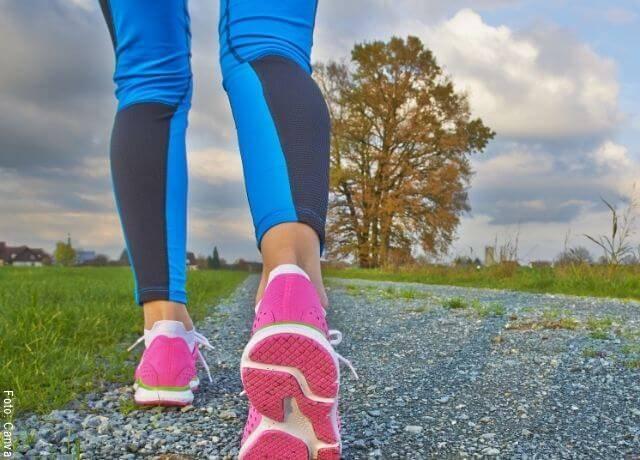 Foto de los pies de una mujer corriendo