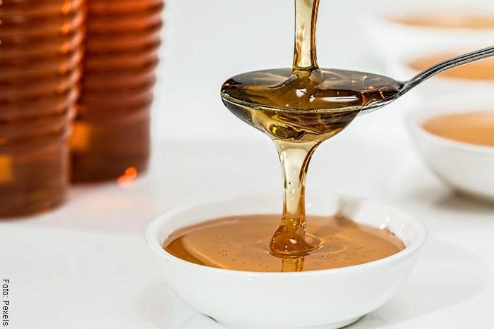 Foto de una cuchara con miel para ilustrar mascarilla sobre cómo hacer crecer el cabello