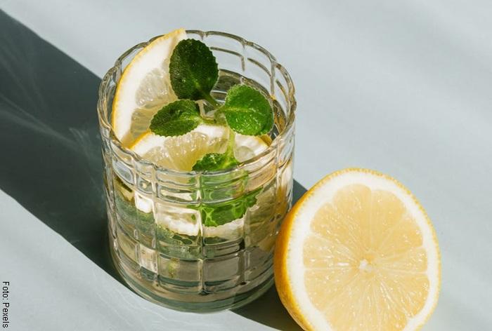 Foto de un vaso de agua con limón