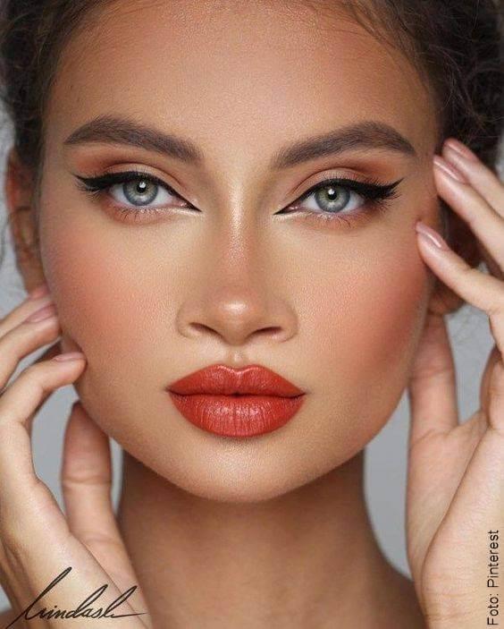 Foto de una mujer maquillada