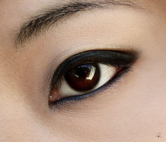 Foto de un ojo para ilustrar cómo maquillar distintos tipos de ojos