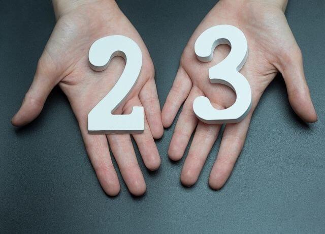 Foto de unas manos con el número 23