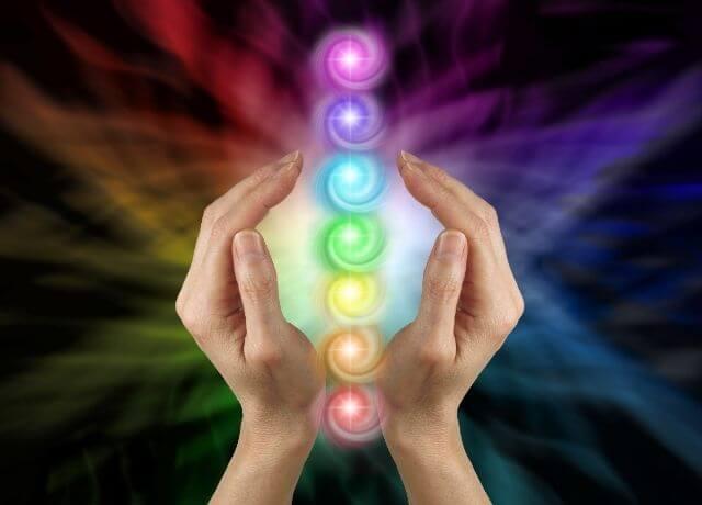 Foto de 7 esferas entre dos manos para ilustrar cuál es mi número de la suerte según mi signo