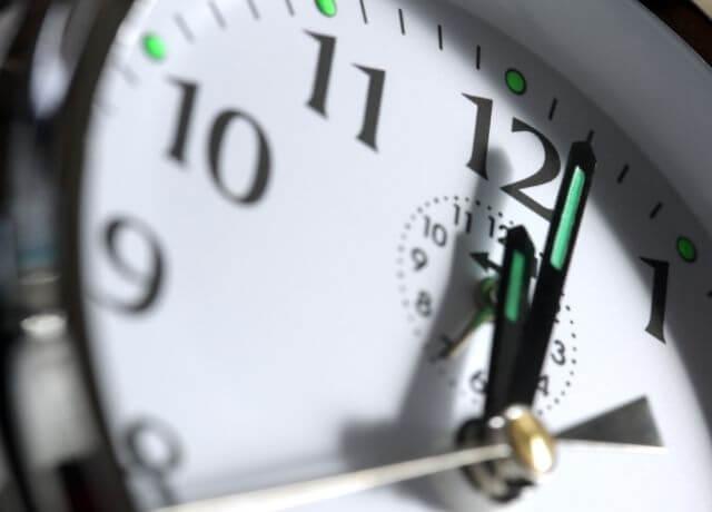 Foto de un reloj marcando las 12