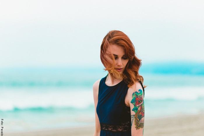Mujer con tatuaje en el brazo para ilustar los cuidados de un tatuaje