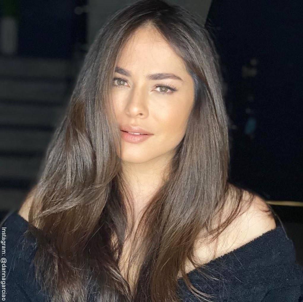 Foto de Danna García con maquillaje natural y pelo liso de medio lado