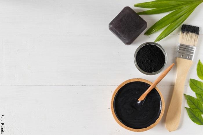 Foto de la mascarilla de carbón activado ya preparada en un bol