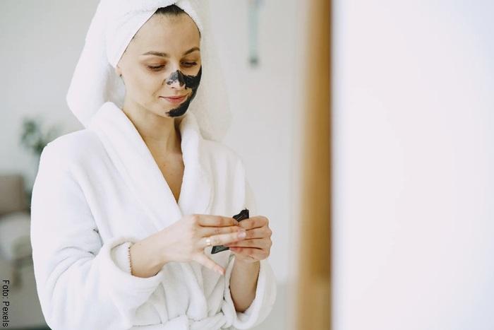 Foto de mujer aplicando mascarilla en el baño