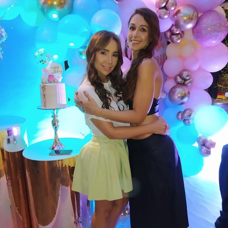 Foto de Paola Jara con una minifalda amarilla celebrando el cumpleaños de una de sus amigas
