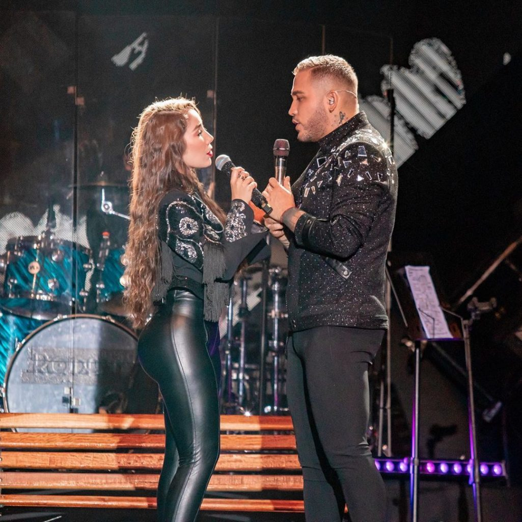 Foto de Paola Jara y Jessi Uribe juntos en un concierto