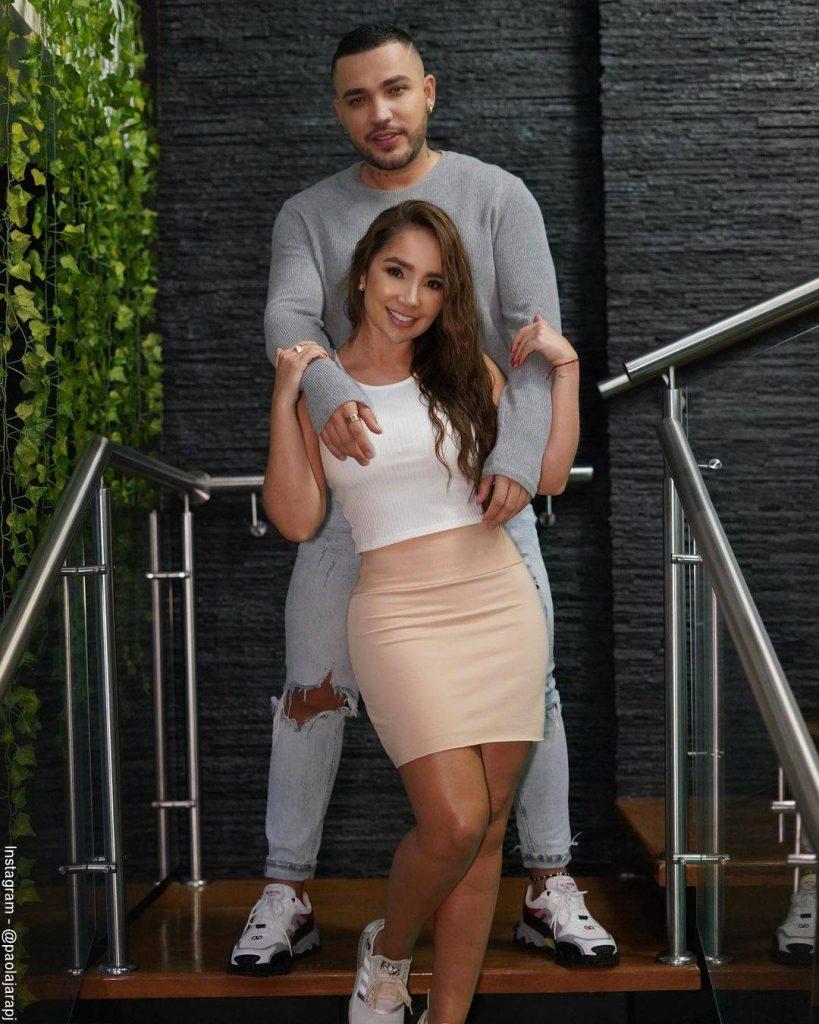 Foto de Paola Jara y Jessi Uribe abrazados en una escalera