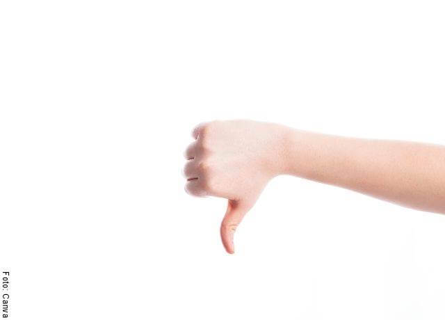 Foto de una mano con el pulgar hacia abajo