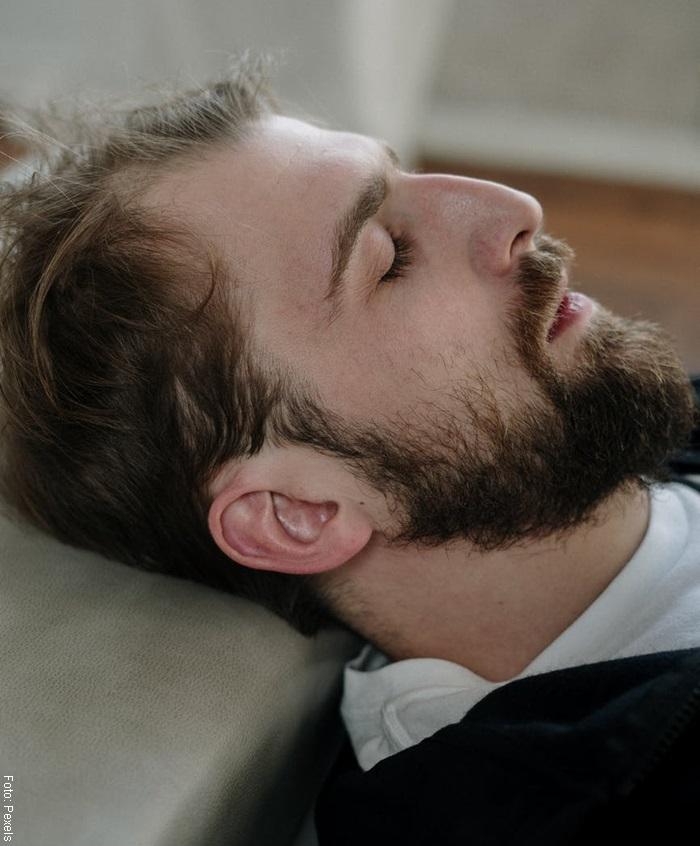 Foto de un hombre pensativo en etapas del duelo