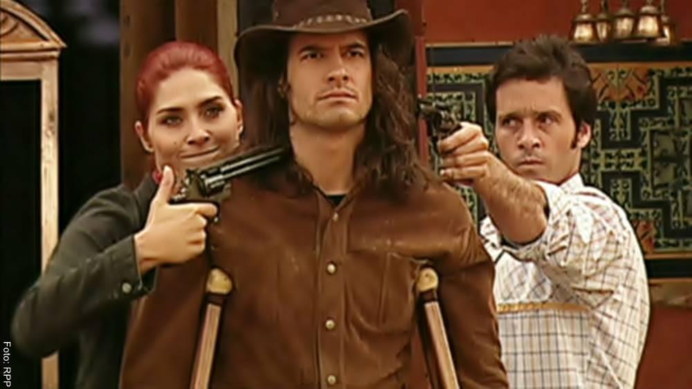ScreenShot de la novela Pasión de Gavilanes en la que Dinora y Fernando amenazan a Juan Reyes