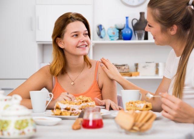 Foto de dos mujeres hablando