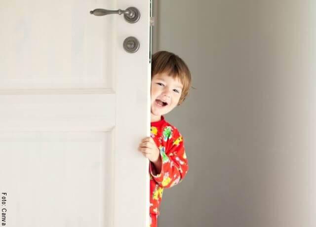 Foto de un niño jugando a las escondidas