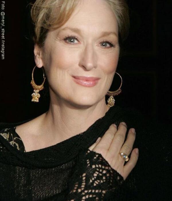 Meryl Strrep con un vestido negro y unas candongas de oro
