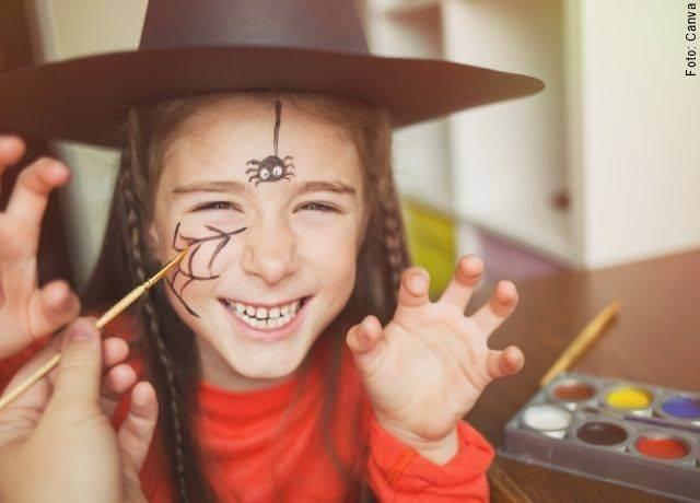 Foto de una niña maquillada para Halloween