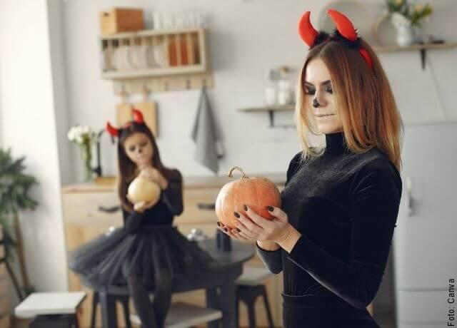 Foto de una mamá y su hija disfrazadas para Halloween