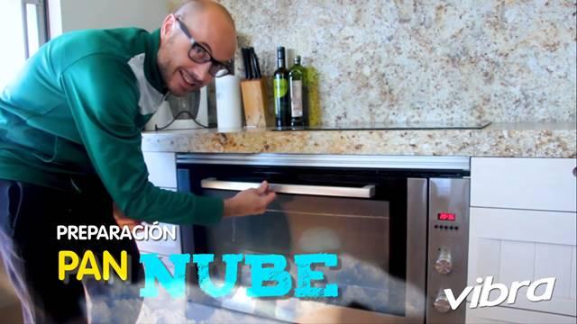 Foto de un hombre poniendo un a preparación en un horno