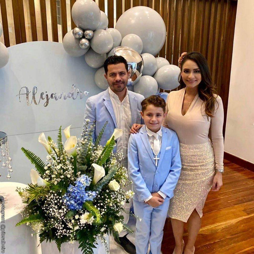 Foto de Piter Albeiro al lado de Carolina Rojas y su hijo en la Primera Comunión